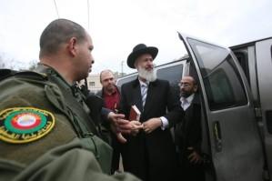 Rabbi-Metzger-besucht-beschaedigte-Moschee