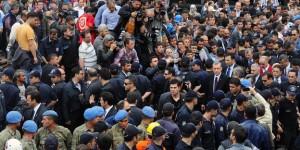 Erdogan bei den Bürgern von Soma. Dazwischen jede Menge Polizei und Militär.   Bild: ap