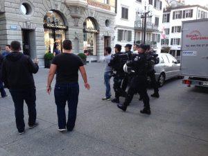 Hier führt die Polizei einen der Störenfriede der Pro-Israel-Kundgebung am Donnerstagabend, 31. Juli, auf der Zürcher Rathausbrücke ab.