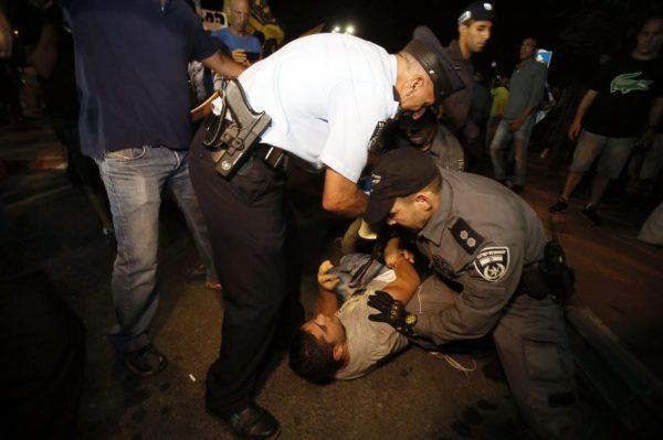 Ein Gericht erlaubte die Demonstration, doch Polizisten mussten wegen vereinzelter LEHAVA-Aktivisten einschreiten.