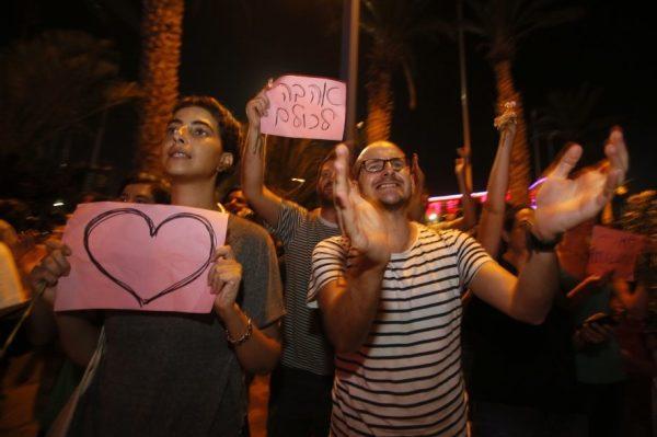 Gleichzeitig zur LEHAVA-Demonstration versammelten sich Israelis, um gegen die Intoleranz zu demonstrieren. Auch der israelische Staatspräsident Reuven Rivlin hatte die Proteste gegen die Eheschliessung als «empörend und beunruhigend» verurteilt. Er wünschte dem Paar «Gesundheit, Zufriedenheit und Freude».