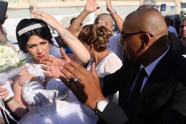 Mahmoud Mansour (rechts, mit Sonnenbrille) und Morel Malka (links) bei ihrer Hochzeit am 17. August in Jaffa, Israel. Malka hat auf ihren Unterarm den Namen von Mahmoud tätowiert.