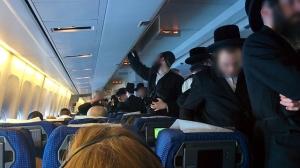 Haredim im Gang nachdem sie sich geweigerten auf dem Flug neben Frauen zu sitzen (Photo: Amit Ben Natan)