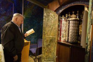 Der israelische Staatspräsident Reuven Rivlin bei einem Gebet um Vergebung (Selichot) in der Synagoge seiner Residenz in Jerusalem.