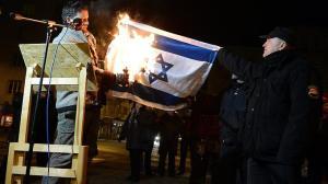 Jobbik-Abgeordneter-verbrennt-Israel-Flagge-