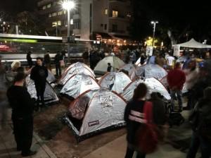 menschen-diskutieren-vor-einem-protest-zeltcamp-in-tel-aviv