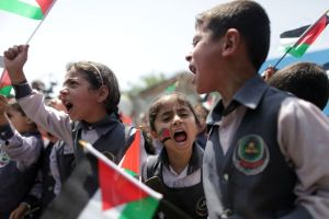 Palestinian children take part in a march ahead of the commemorations of the 67th anniversary of the ''Nakba'', in Gaza city on May 13, 2015. ''Nakba'' means in Arabic ''catastrophe'' in reference to the birth of the state of Israel 67-years-ago in British-mandate Palestine, which led to the displacement of hundreds of thousands of Palestinians who either fled or were driven out of their homes during the 1948 war over Israel's creation. Photo by Aaed Tayeh/Flash90 *** Local Caption *** òæä øöåòú òæä éåí äðëáä ôìñèéðéí