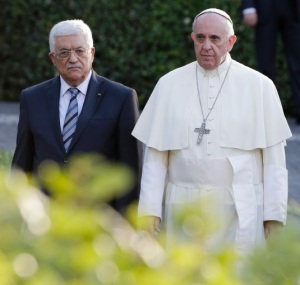 (L-R) Palestinian President Mahmoud Abbas, Pope Francis and Israeli President Shimon Peres arrive in the Vatican Gardens to pray together at the Vatican June 8, 2014. REUTERS/Max Rossi (VATICAN - Tags: RELIGION POLITICS)