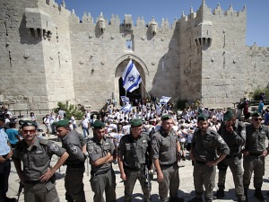 Polizisten wachen über den Gedenkmarsch in Jerusalem