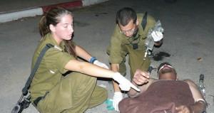 Israelische Armeeärzte behandeln einen Palästinenser